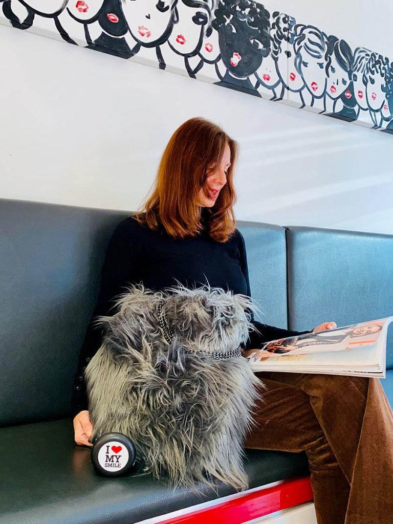 Frau mit Wartezimmer bei ilovemysmile