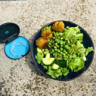 Nach dem Essen reinigt man seine Aligner