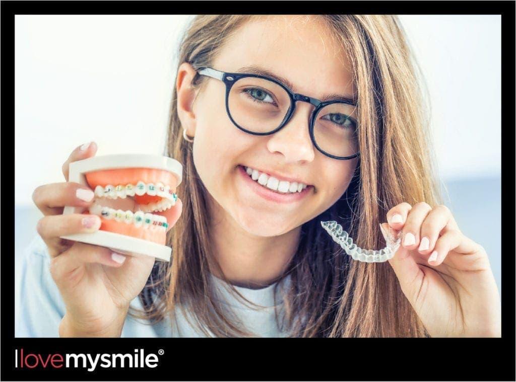 Mädchen vergleicht feste Zahnspange mit transparente Zahnspange