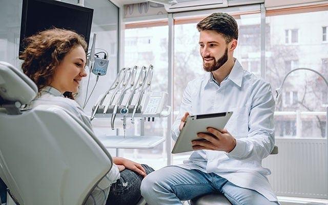 Zahnarzt mit Patient in Besprechung